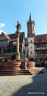Marktplatz mit Marienbrunnen und Mariensäule