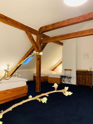 Im Mathildenhof-Zimmer ist Platz für vier Personen.