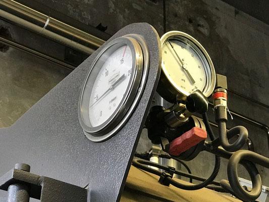 Manometro campione e manometro di caldaia pronti per la verifica. Si noti la leva di azionamento della valvola a tre vie.