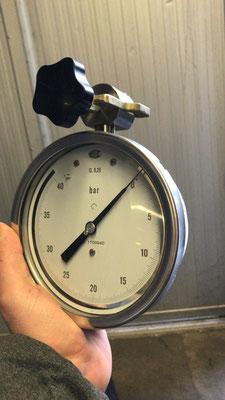 Manometro campione, con briglia di collegamento alla flangia unificata da 40 x 4 mm.