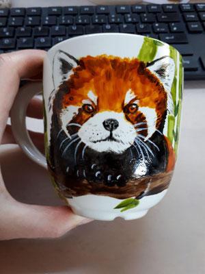 April 2018 - Kleiner Panda  - Runde Kaffeetasse (elfenbeinweiß)