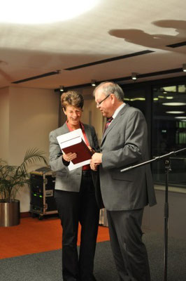 Buchübergabe von RiAG Börstinghaus an Frau Staatssekretärin Dr. Grundmann