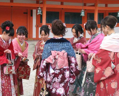 Jeunes aux costumes traditionnels au Sanctuaire Heian