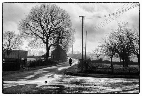Après la pluie matinale, le travail des champs dans le bocage Normand peut commencer...