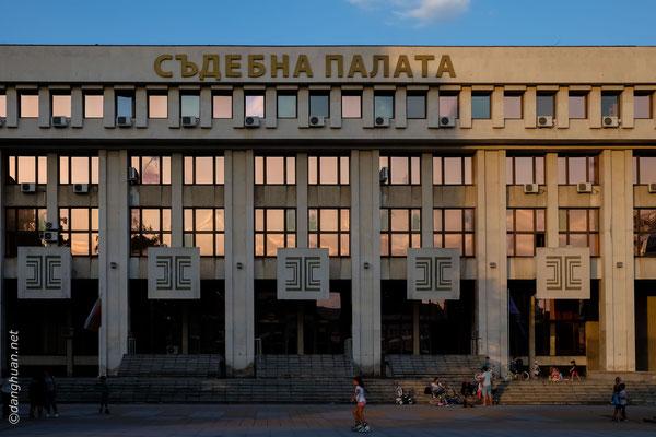 De vieux bâtiments de style soviétique rappellent son appartenance au bloc communiste jusqu'à son effondrement