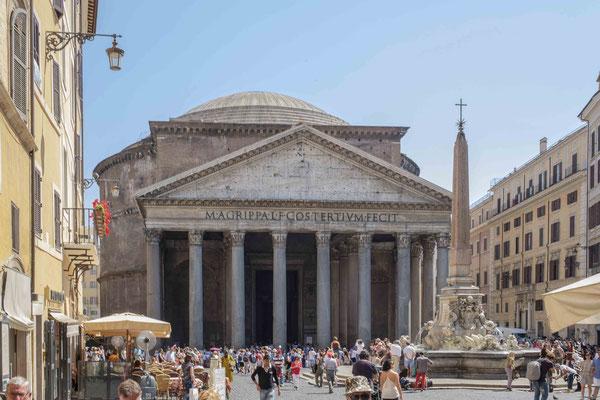 Le Panthéon - édifice religieux antique situé sur la piazza della Rotonda (Rome), bâti sur l'ordre d'Agrippa au Iersiècle av.J.-C. C'est le plus grand monument romain antique qui nous soit parvenu en état pratiquement intact, du fait de son utilisation