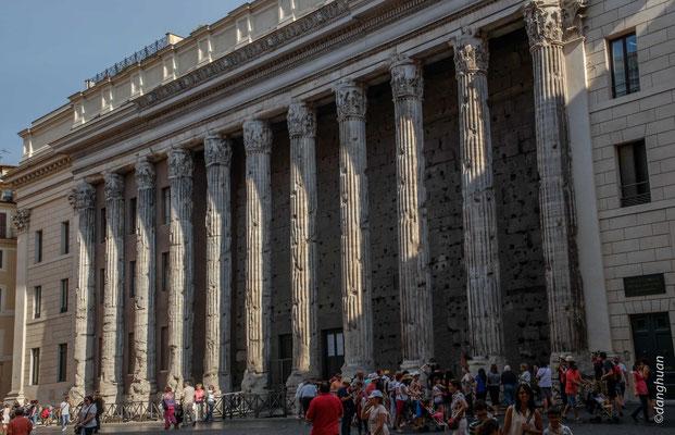 Temple d'Hadrien - Le temple a été érigé en l'honneur de l'empereur Hadrien, divinisé après sa mort.