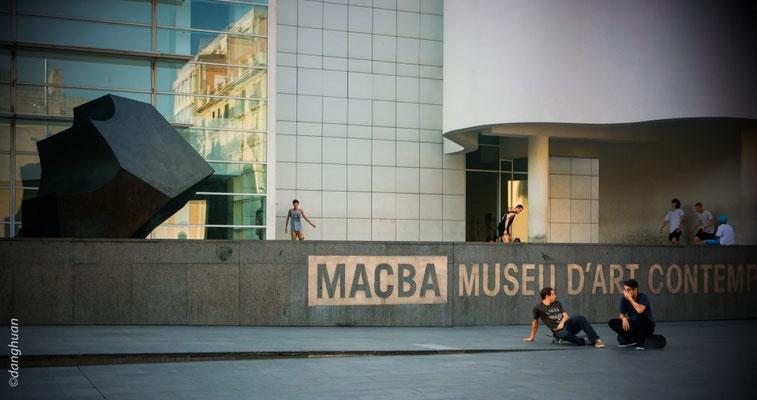 Musée Macba:  inauguré en 1995, est l'œuvre de Richard Meier