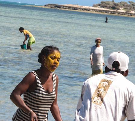 Ramasseurs de coquillages sur la plage d'Anakao