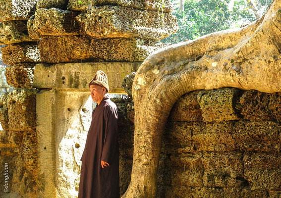 un moine vietnamien en visite à AngkorVat
