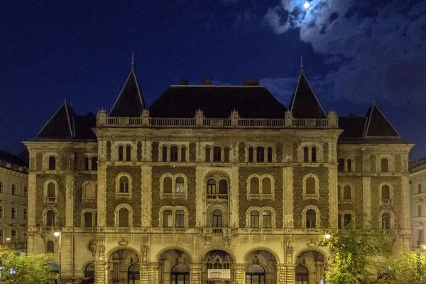 Le palais Drechsler, de style néo-Renaissance, situé en face de l'Opéra