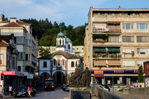 Gabrovo se situe à proximité du centre géographique de la Bulgarie, Uzana