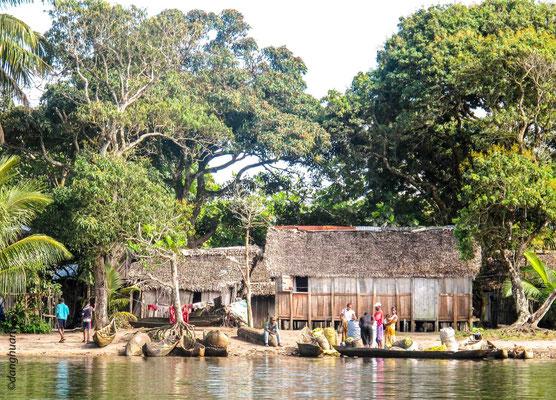 Village traditionnel sur pilotis de pêcheurs le long du canal Pangalanes