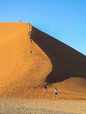 Elles figurent parmi les plus hautes dunes du monde. Ces dunes se trouvent au-dessus d'un ancien désert pétrifié qui forme un soubassement de grès.