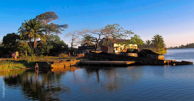 Manakara : Vestiges de bateau près du canal Pangalanes