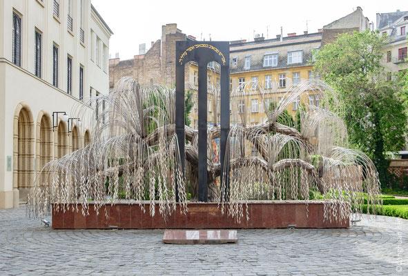L'arbre de vie : oeuvre d'Imre Varga. Chaque feuille de ce saule pleureur porte le nom d'une victime de la Shoa.