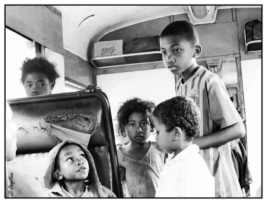 le grand frère de la famille écoute la dernière instruction de sa mère avant le départ imminent du train