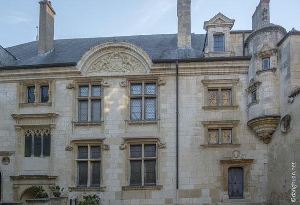 ...l'Hôtel Lallemant avec son ensemble impresionnant de sculptures décoratives, ses tourelles d'escaliers ou encore son plafond à caissons sculptés
