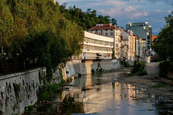 Gabrovo est bâtie sur la route d'un des principaux cols traversant la chaîne montagneuse, dans la haute vallée de la Yantra, une région pittoresque.