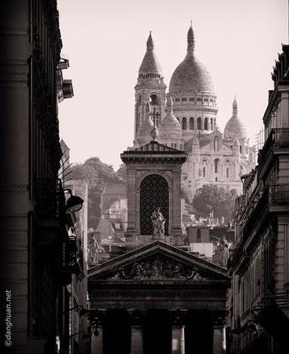 Le Sacré Coeur avec la façade de l'église Notre Dame de Lorette en premier plan