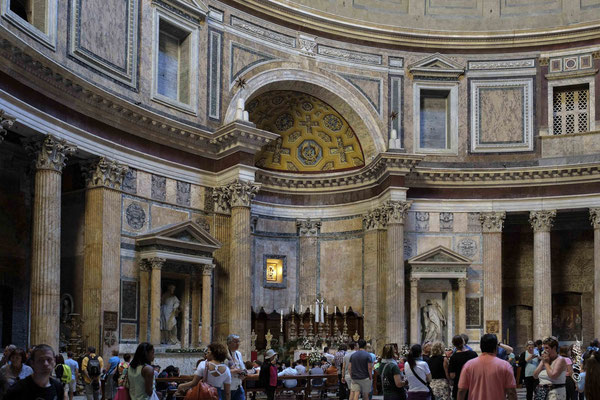 Le Panthéon -  À l'origine, le Panthéon était un temple dédié à toutes les divinités de la religion antique. Il fut converti en église au VIIesiècle et est aujourd'hui la basilique Santa Maria ad Martyres