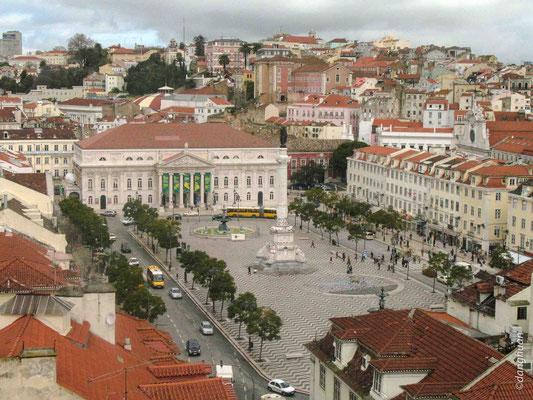 Praça dom Pedro IV (Rossio) où siègait le tribunal de l'Inquisition, plus de 1500 personnes furent brûlés lors des autodafés qui eurent lieu sur cet emplacement ré-aménagé après le tremblement de terre de 1755