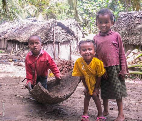 Enfants du village de pêcheurs (canal Pangalanes)