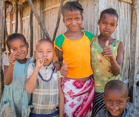 Enfants du village de producteurs d'huilles essentielles (canal Pangalanes)
