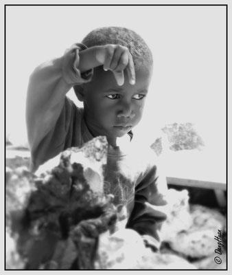 Enfants de vendeurs de pierres minérales sur la route