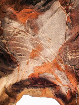 Le plafond d'une grotte à Pétra