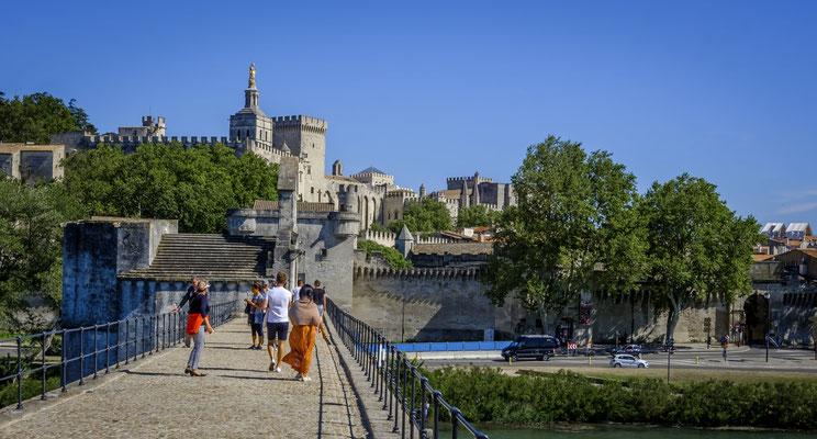 Avignon - Le palais des papes depuis le pont