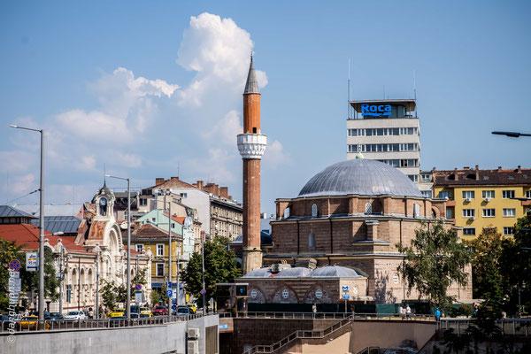 Sofia - Le centre de ville avec la Grande Mosquée et le hall du marché à gauche