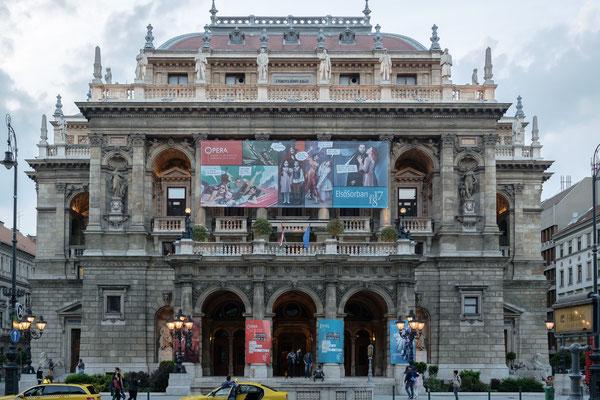 Opéra inauguré en 1884, de style néo-Renaissance. Il était le plus moderne de l'Europe, construit par Miklos Ybl