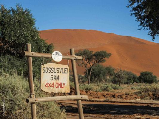 Entrée à Sossusvlei - un désert de sel (salar) et d'argile dans le désert du Namib, se trouvant dans le parc de Namib Naukluft