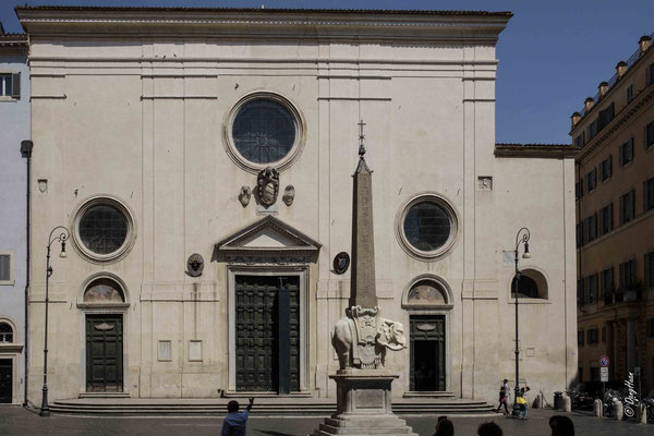 Santa Maria sopra Minerva - L'école de Bernin a édifié l'éléphant sur un obélisque d'origine égyptienne datant du VIème siècle avant JC, trouvé au XVIIème siècle dans le jardin du monastère de Santa Maria Sopra Minerva.