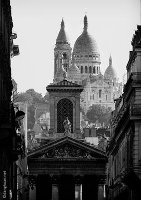 le Sacré coeur avec la façade de Notre Dame de Lorette en premier plan