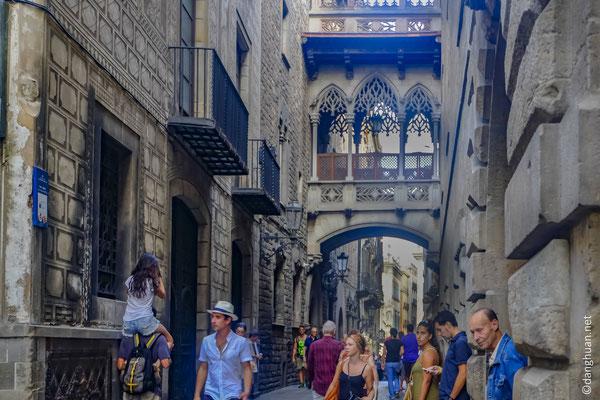 Le quartier Barri Gotic : La carrer del Bisbe Irurita, ancien axe romain, relie les centres politiques (place de Jaume) et religieux (cathédrale)