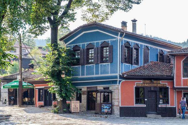 Koprivchtitza se situe à 110 km au sud-est de Sofia dans la montagne Saštinska Sredna Gora