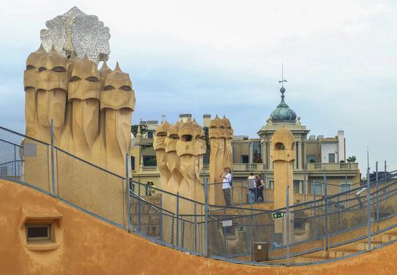 La Casa Milà, surnommée ironiquement «La Pedrera» (en catalan et en espagnol, «la carrière de pierre»)
