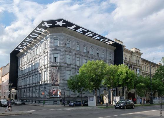 Maison de la Terreur : En 1944 les Croix fléchées prennent le pouvoir en Hongrie avec l'aide des allemands, la maison est transformée en prison et centre d'interrogatoire dans laquelle de nombreuses personnes sont torturées et exécutées.