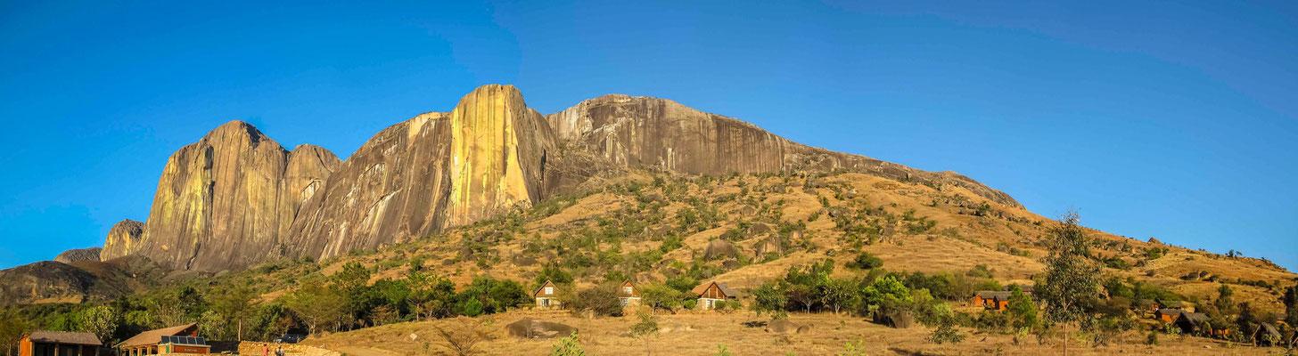 Camp Catta : une nuit au pied de la Montagne Tsaranoro, située dans le parc national d'Andringitra