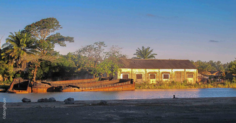 Manakara: Vestiges de bateau près du canal Pangalanes