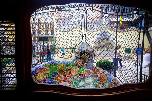 Casa Balto :  la Casa Batlló s'inscrit dans la vision naturaliste de Gaudí qui s'inspira du milieu marin. La variété des couleurs, la prédominance du bleu marine et de l'ocre des roches, confortent cette thèse.