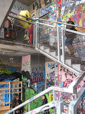 Après avoir été utilisé comme prison nazie, le bâtiment a été réapproprié par des artistes qui l'ont baptisé « Tacheles » (« franc-parler » en yiddish)