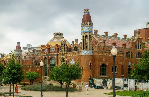 L'hôpital de Sant Pau , dessiné en 1901 par l'architecte catalan Lluís Domènech i Montaner et il a été terminé en 1930 - Barcelone