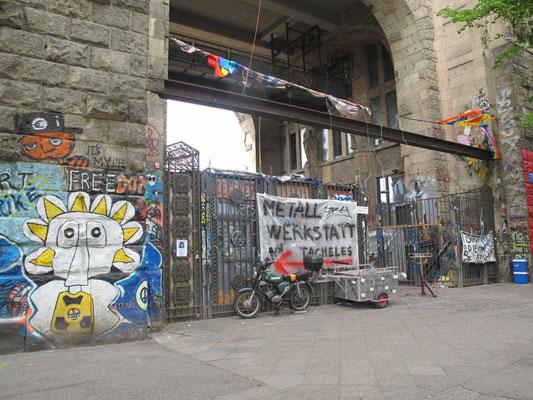 Le Tacheles était l'un des plus célèbres squats de Berlin, en Allemagne, occupé de 1990 à 2012 par des artistes