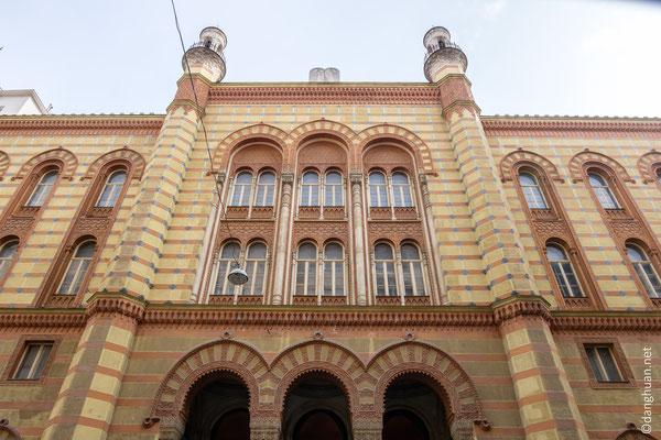 L'ancienne synagogue aujourd'hui abandonnée, est située à la rue Rumbach, limite de l'ancien ghetto