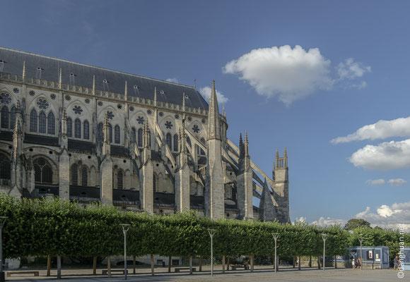 La cathédrale Saint-Etienne : construite  entre la fin du XIIe et la fin du XIIIe siècle sur l'ancienne cathédrale romane jugée trop petite