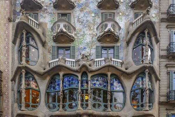 Casa Balto : La partie la plus connue de l'édifice est la façade, considérée comme l'une des plus originales de l'architecte, qui utilisa la pierre, le fer forgé, le trencadis de verre et la céramique polychrome.