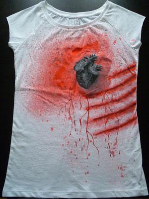 T-Shirt mit Herz und Kratzern